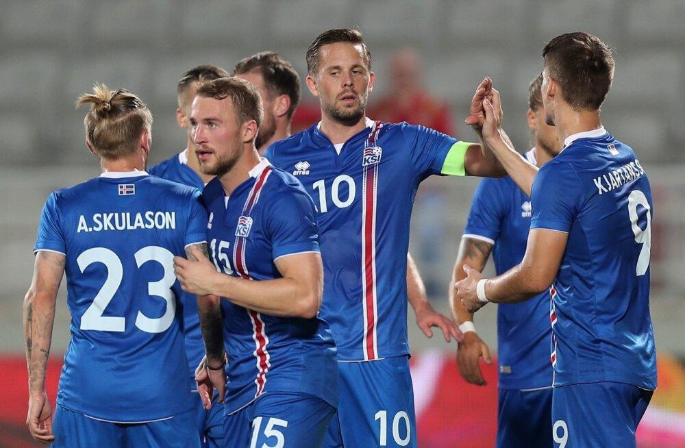 Gylfi Sigurdsson (keskel) Islandi koondise särgis.