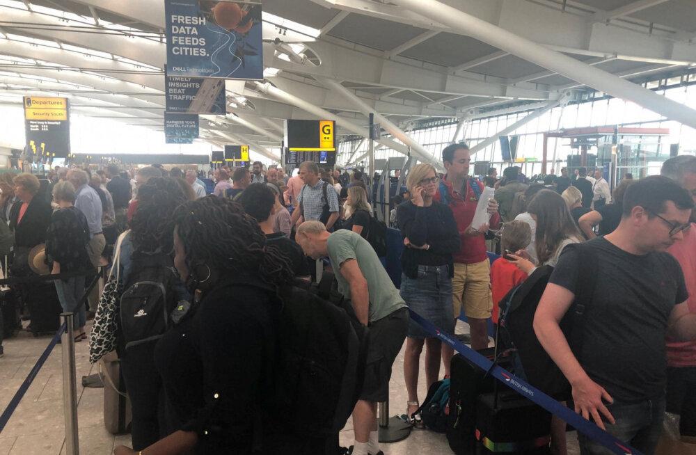Тысячи пассажиров застряли в аэропортах из-за масштабного сбоя