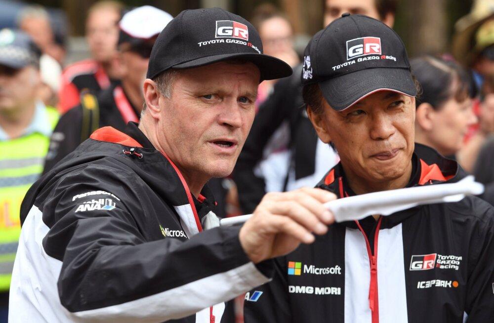 Tommi Mäkinen ja Toyota asepresident Shigeki Tomoyama