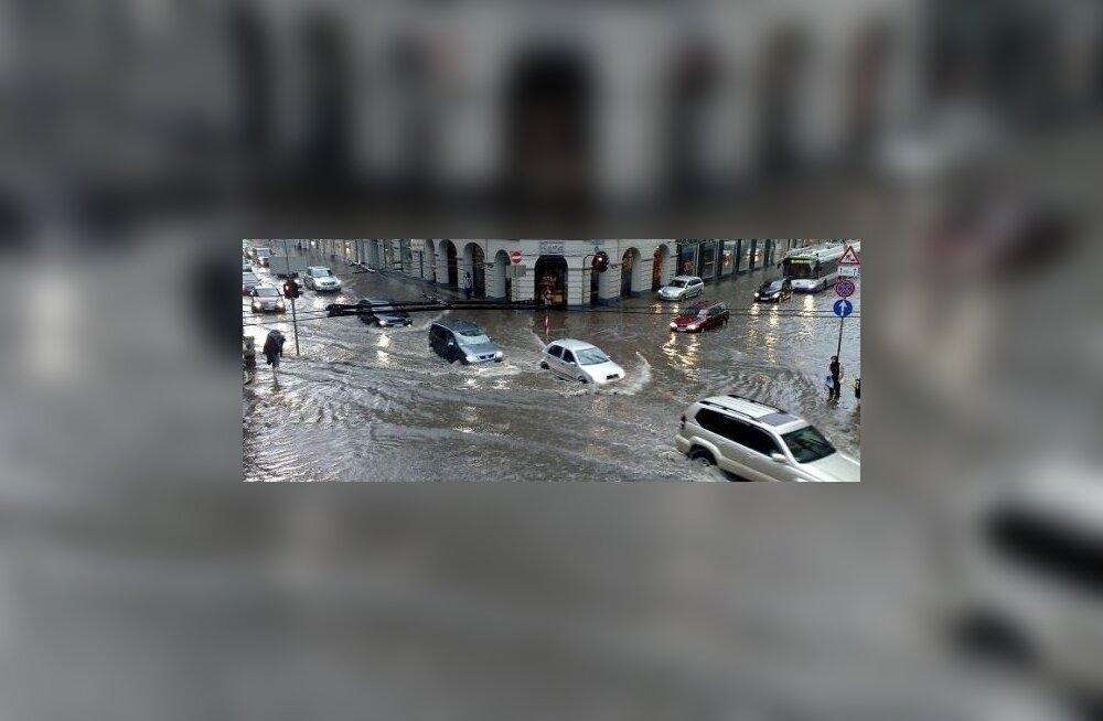 FOTOD: Enneolematu paduvihm halvas Riia liikluse