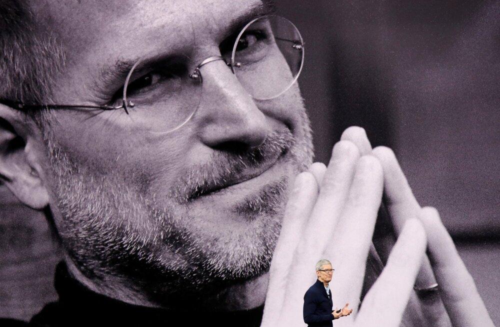 Apple juht Tim Cook endise juhi Steve Jobsi foto taustal esinemas. Steve Jobsi
