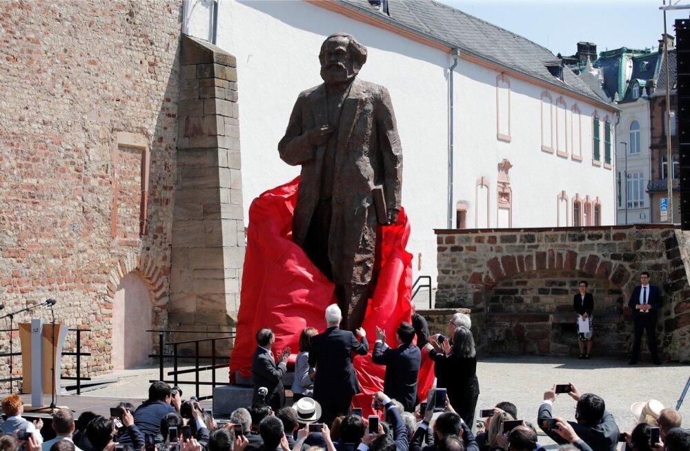 Hiina valitsus kinkis Saksamaale Karl Marxi 200. sünniaastapäevaks üle 4 meetri kõrguse pronkskuju, mis püstitati 5. mail Marxi kodulinna Trieri.