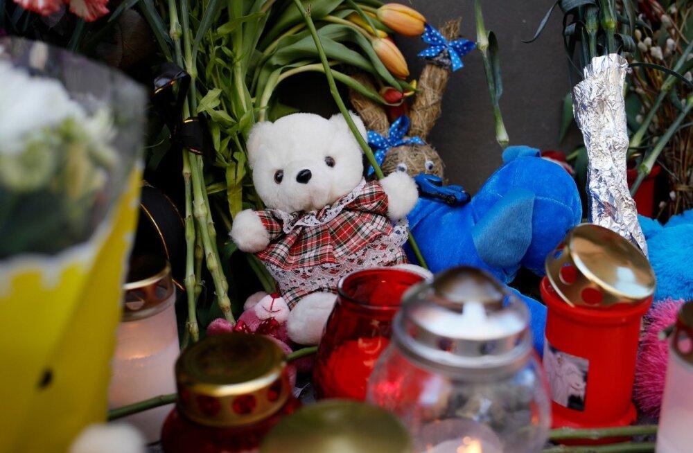 """ФОТО: """"Кемерово, мы с тобой"""". К Посольству РФ в Таллинне продолжают нести цветы"""