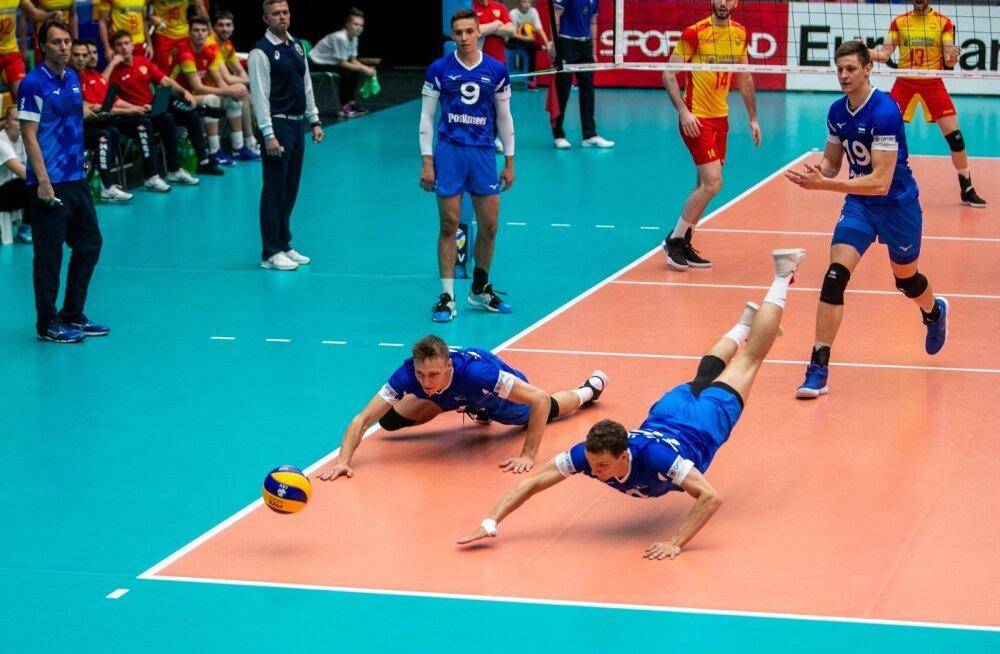 Gheorghe Creţu (vasakul) loobus teisest geimist alates hoolealuste tavapärasest aktiivsest juhendamisest.