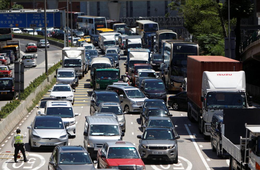 Блокируются дороги, отменяются авиарейсы. В Гонконге началась массовая забастовка