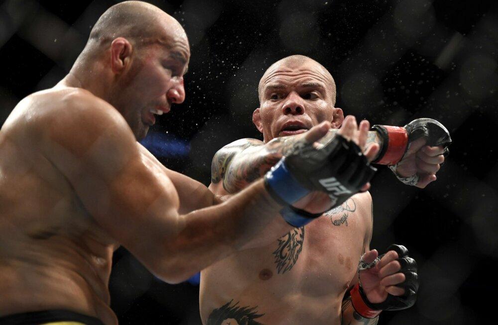 VIDEO | Armutult peksa saanud UFC vabavõitleja ulatas keset matši kohtunikule oma hamba