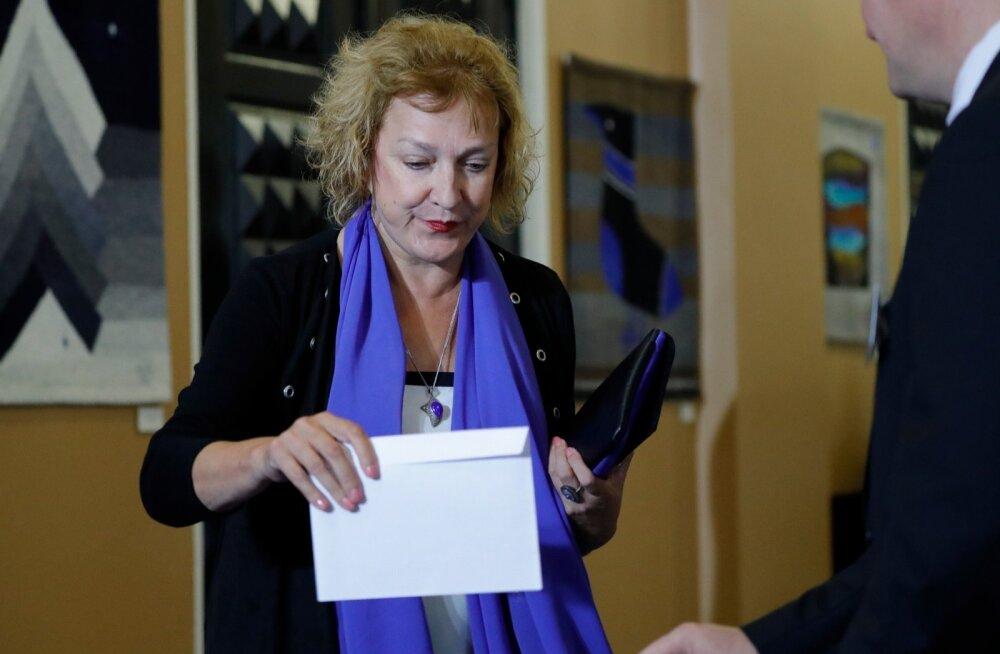 Riigikogu liikme raske elu: Maire Aunaste sai poemüüjalt sõimata!