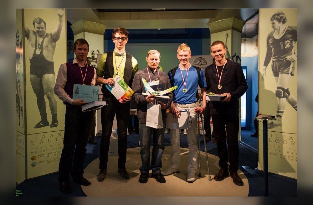 Võidukas Loksa gümnaasiumi võistkond koos juhendaja Aarne Idavainuga.