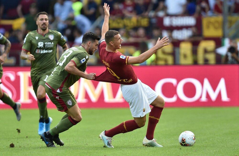 Cagliari keskkaitsja Luca Ceppitelli ja AS Roma ründaja Edin Džeko võitlushoos.