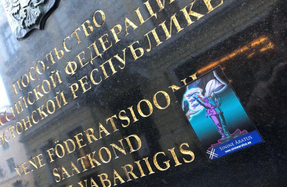 ФОТО: Наклейка молодежного движения EKRE красуется на табличке посольства РФ в Таллинне