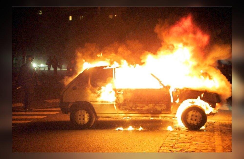 Prantsusmaal süüdati vana-aastaõhtul ligi 1200 autot