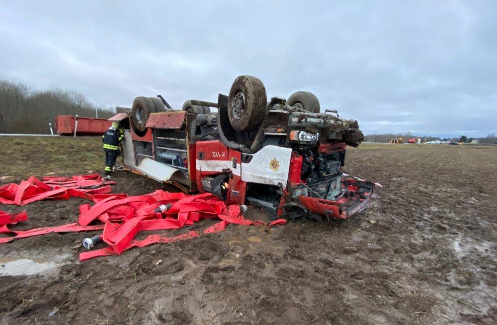 Mullu juhtus Rakvere lähistel liiklusõnnetus, kui päästeameti auto sõitis teelt välja ja rullus katusele. Õnnetuses said viga autos olnud päästjad, kes toimetati haiglasse.