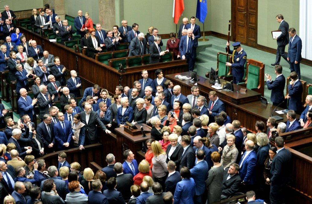 Poola seim jätkas vaatamata opositsiooni kõnepuldi blokeerimisele tööd