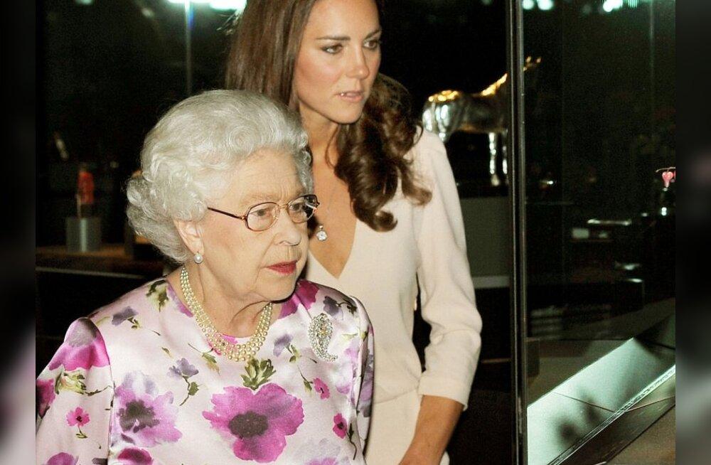 FOTOD: Miks nimetas kuninganna Kate´i pulmakleiti õõvastavaks?