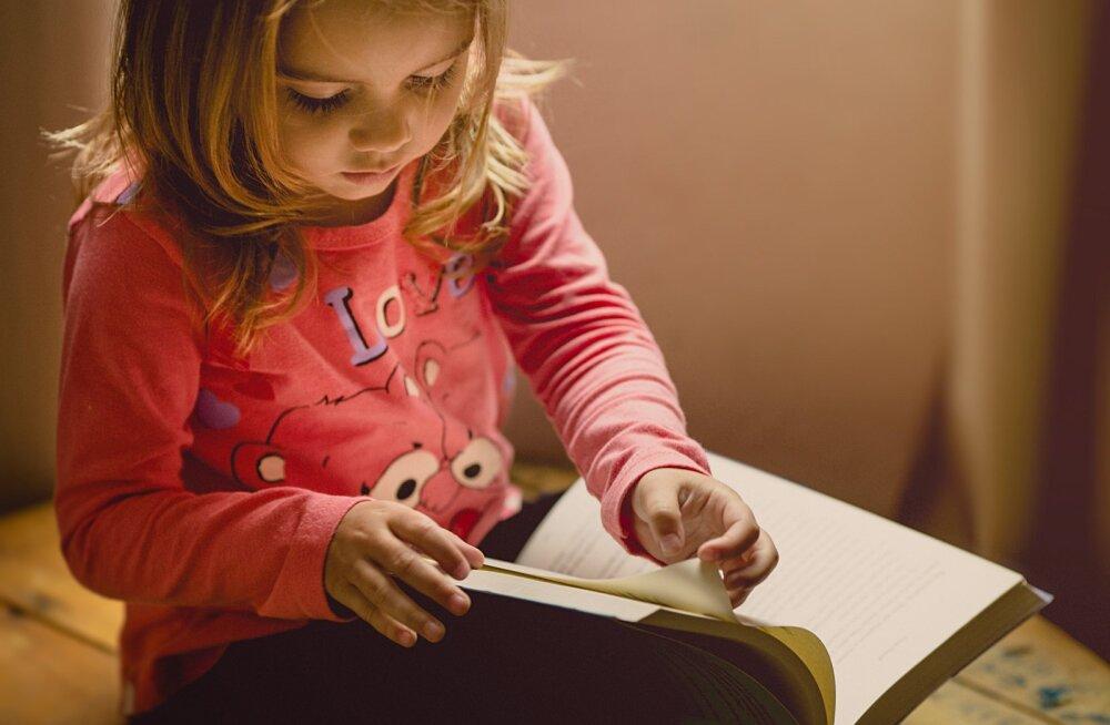 Raamatukogutöötajad loevad lastele telefoni teel raamatuid ette