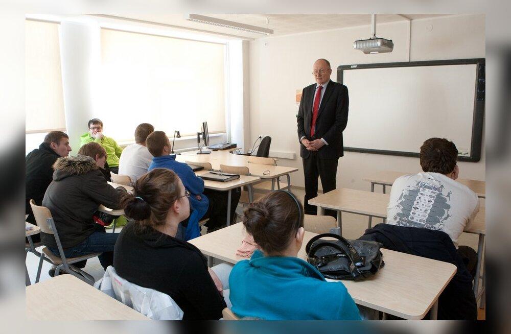 DELFI VIDEO: Aaviksoo õpilastele: tõstke käsi, kes arvab, et teie vanemate palk on kõrgem kui 700 eurot.