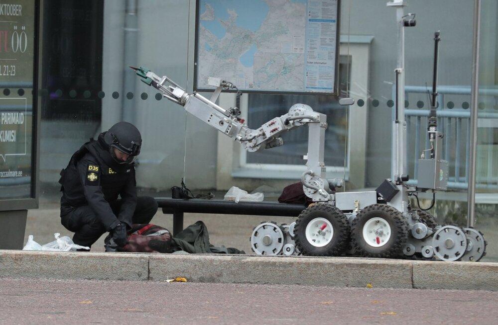 ФОТО DELFI: Подозрительный ранец в центре Таллинна стал причиной дорожного хаоса. Но робот обнаружил в нем одежду