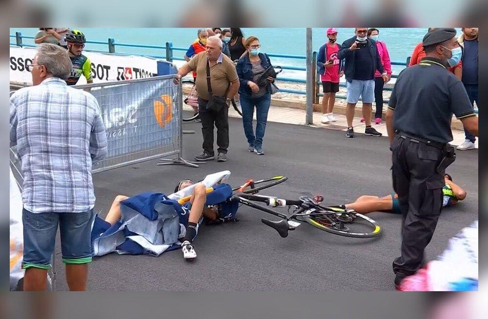 """Вертолет снес двух велосипедистов на финише """"Джиро"""""""
