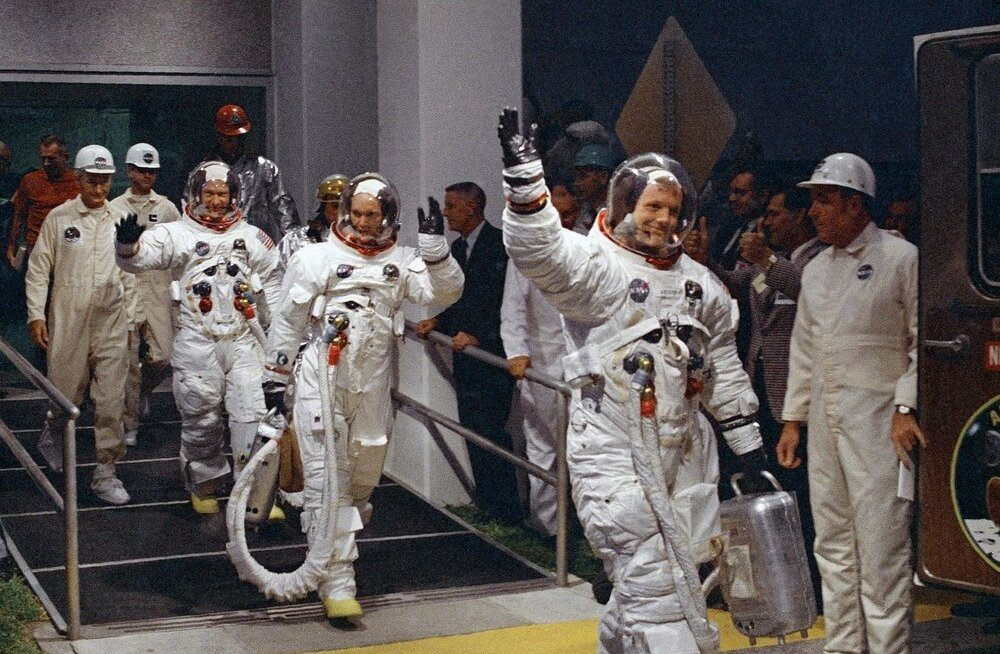 Apollo 11 meeskond koos Neil Armstrongiga (esiplaanil lehvitamas) 1969. aasta juulis