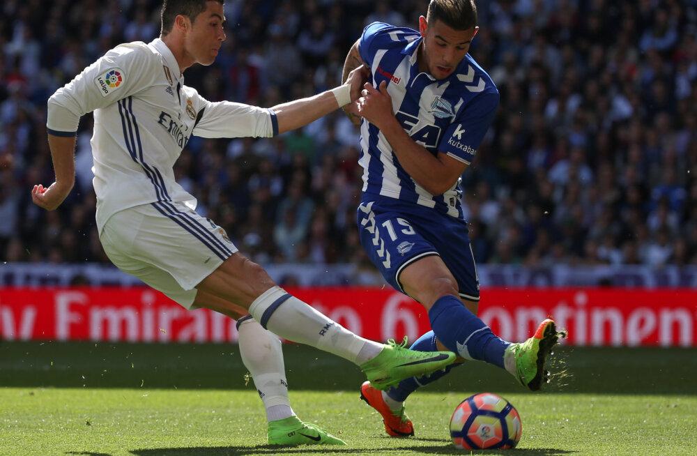 Theo Hernandez (paremal) võitluses Ronaldoga