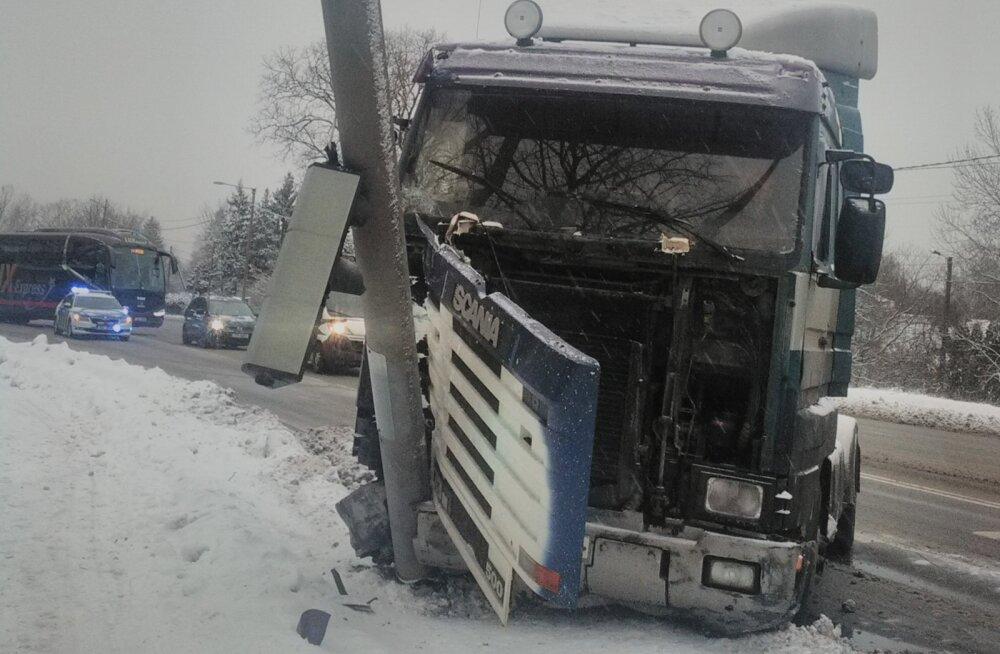 FOTO | Tallinnas Nõmmel sõitis rekka vastu posti