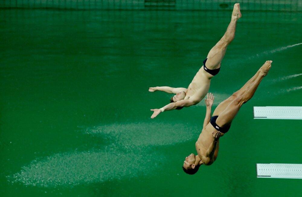 Vettehüppajad Rio olümpial oma sooritust tegemas.