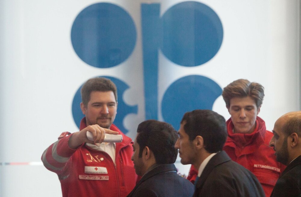 Meditsiinitöötajad OPECI kogunemisele tulijate temperatuuri mõõtmas.