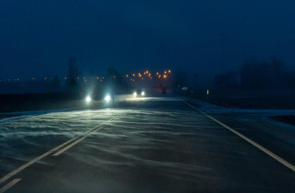Maanteeamet manitseb: tuisu ja lumesaju pärast on teeolud õhtul halvad