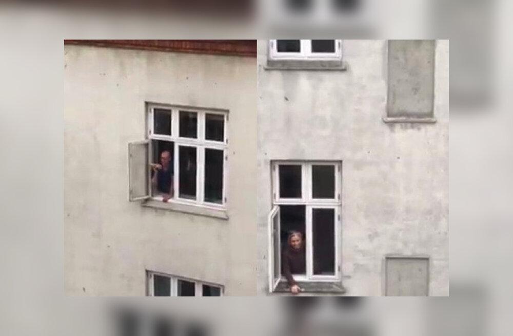 ВИДЕО | Отправленные на карантин жители европейских стран поют песни с балконов