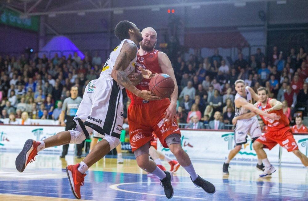 Rapla mees Sven Kaldre ei kavatse Tartu eest mängivat Mandell Thomasit palliga korvi alla lubada.