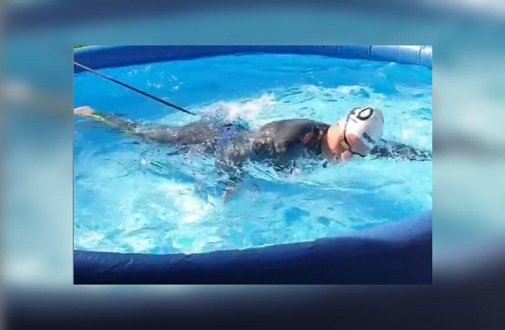 VIDEO | Saab ka nii! Ujumise olümpiavõitja treenib koduaias väikses täispuhutavas basseinis