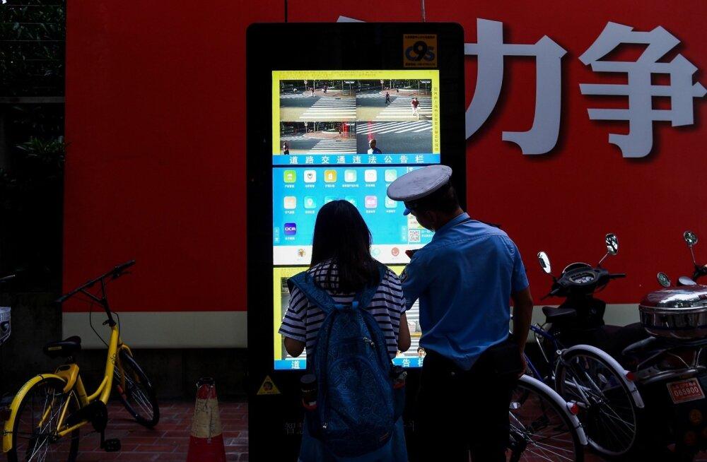Shanghais kuvatakse kaamerate tuvastatud liiklusrikkujate näod ja nimed avalikele ekraanidele.
