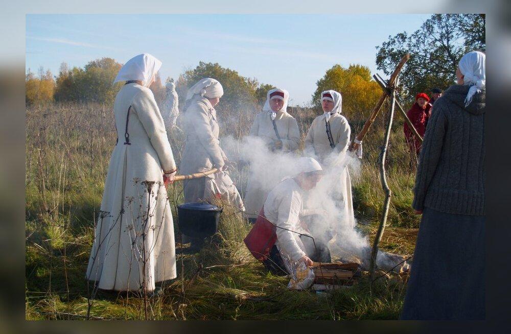 Hingedeaja palvuse pudru keetmine Kunda Hiiemäel aastal 2009. Foto: Heiki Maiberg