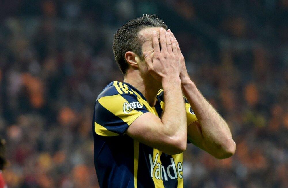 VIDEO: Van Persie sai Türgis võika silmavigastuse ja lahkus platsilt kanderaamil