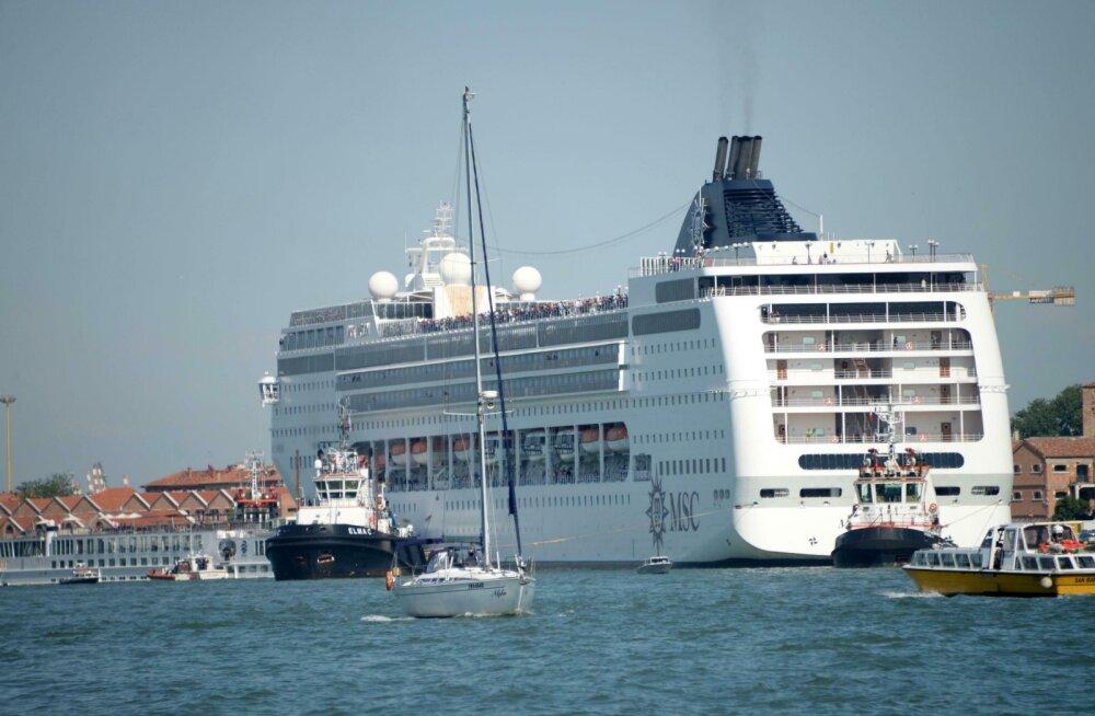 Veneetsias põrkas kruiisilaev paadiga kokku