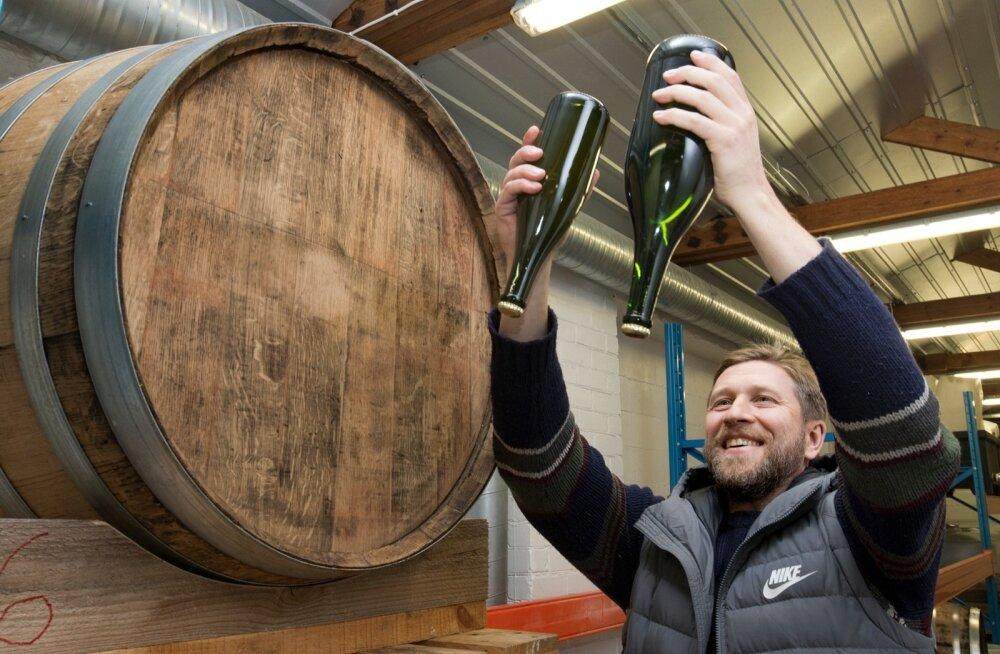 """""""Meie valmistame oma siidreid šampa nja meetodil ja jooke tööstuslikult ei gaseeri,"""" selgitab Alvar Roosimaa Jaanihanso Siidrivabrikus."""