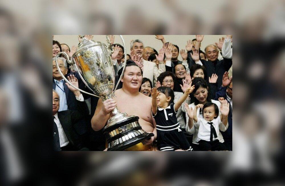 Yokozuna Hakuho mai suurturniiri võidukarikaga, sumo