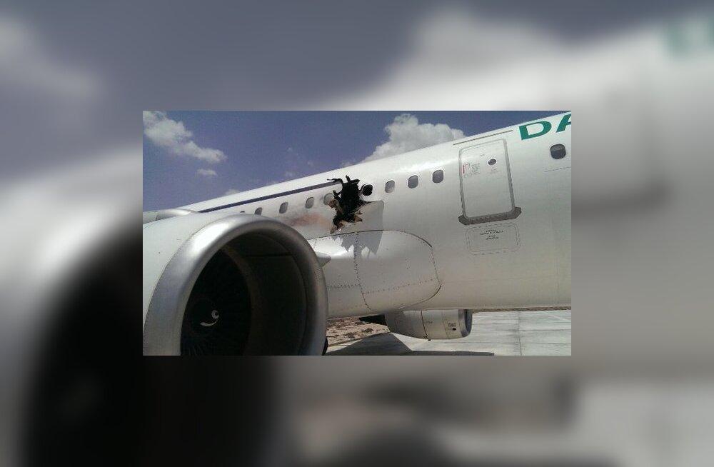 Человек выпал из самолета после взрыва в Сомали
