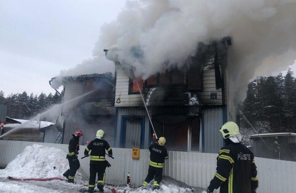 FOTOD | Valgas hävis tulekahjus elumaja