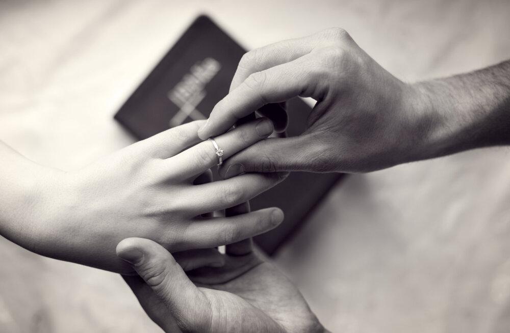 """""""Kui ta oli lõpetanud, võttis ta põrandalt teksad, ronis uuesti mulle peale, tõstis mu käe ja pistis mulle sõrmuse sõrme."""""""