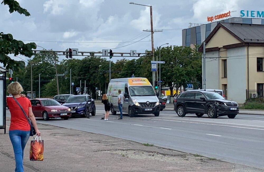ФОТО | Столкновение трех машин вызвало пробку на Петербургском шоссе в Таллинне