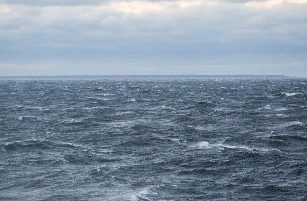 Kaubalaev kaotas Läänemerel osa puidulastist, mis teadetekohaselt kandus Eesti rannikule