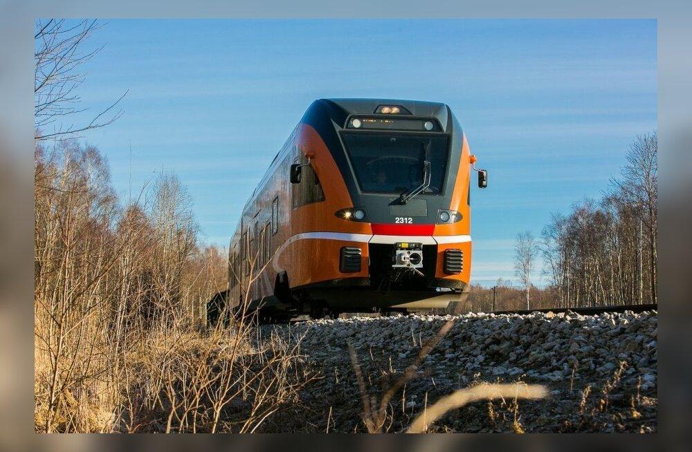 Машинист поезда Elron спас бежавшего по железной дороге двухлетнего малыша