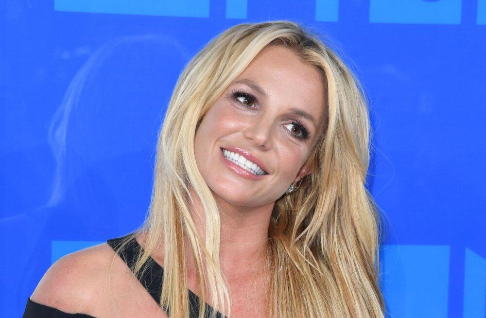 SEKSIKAD KLÕPSUD | Bikiindes Britney Spears kattis keha tätoveeringutega, kuid paljastas ka privaatosas olevad joonistused