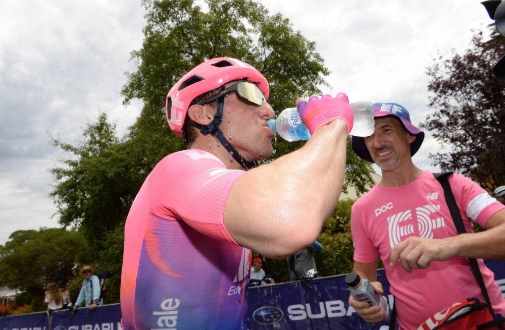 Michael Woods etapivõidu järgselt kosutust saamas