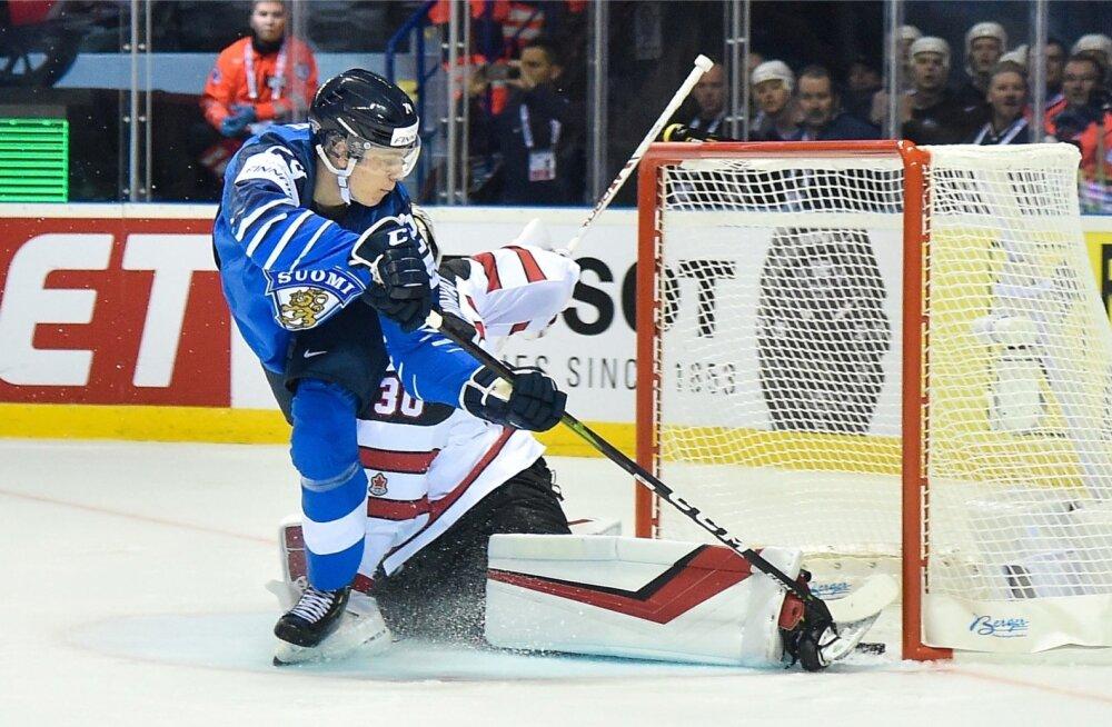 Kaapo Kakko mängib üle Kanada väravavahi.