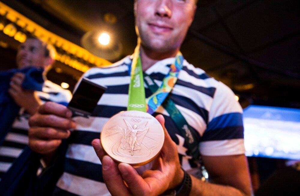 Andrei Jämsä näitab Rio olümpia pronksmedalit.