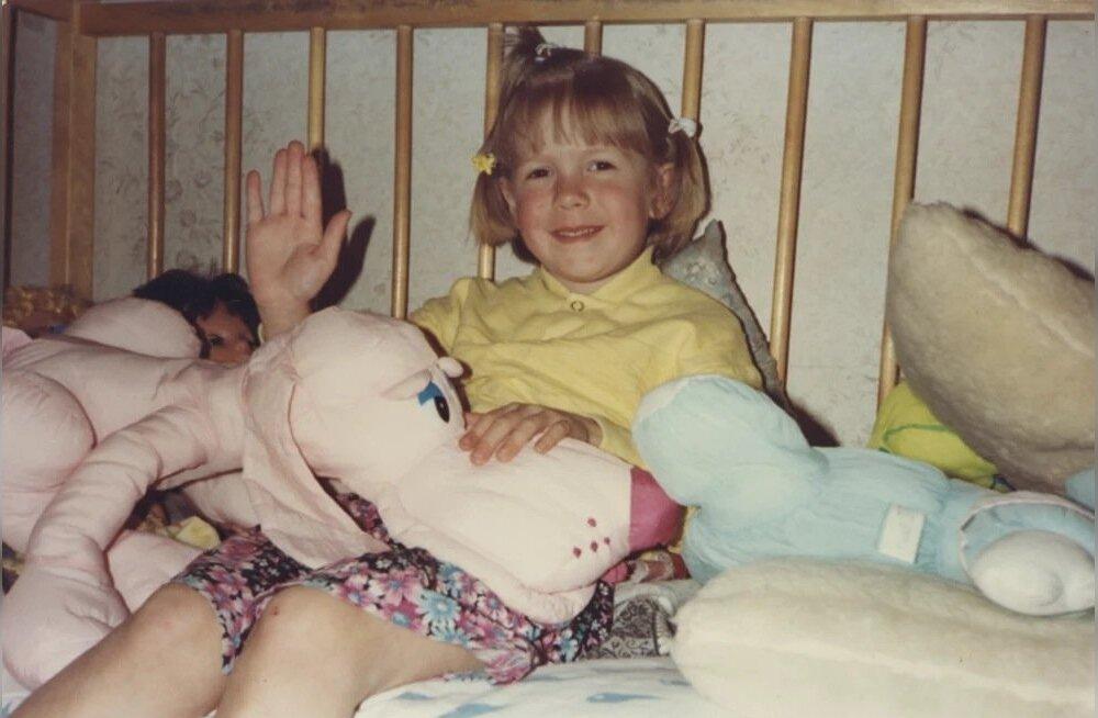 """KORDUVAD VOODISTSEENID """"Vaatan, et mulle on algusest peale meeldinud ikka oma voodis tšillida,"""" naerab Laura, sirvides paljusid pilte, kus ta pildistamisel on oma lemmikloomad-mänguasjad enda kõrvale voodisse tarinud. Ühel neist on ka Laura esimene soengukatsetus. """"Kolm patsi peas. Patsikummid, mäletan, oli Ameerikast tädi Kaia saatnud. Samas pakis olid loomakujulised vitamiinid – olin valmis need ühe päevaga nahka pistma."""""""