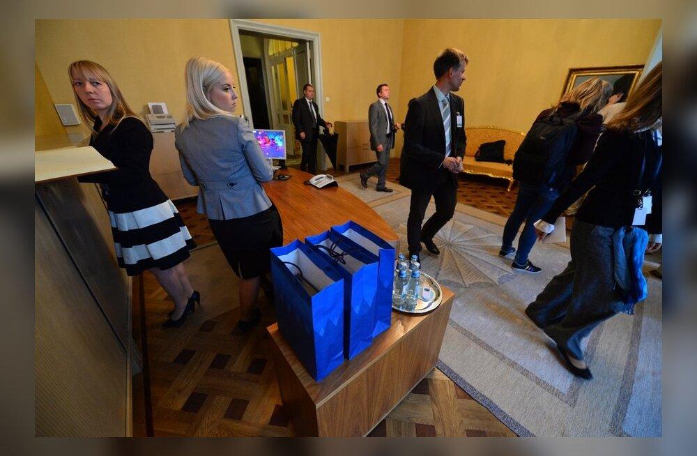 Krossi poolt patriarh Kirillile kingitavad raamatud on laual sinistes kottides