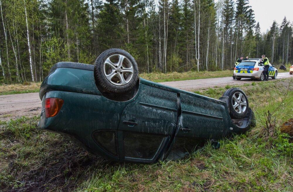Joobes juht sõitis Viljandimaal kraavi ning auto paiskus katuse peale